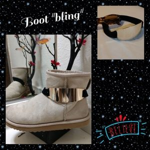 Accessories - Golden buckle with black velvet ribbon.